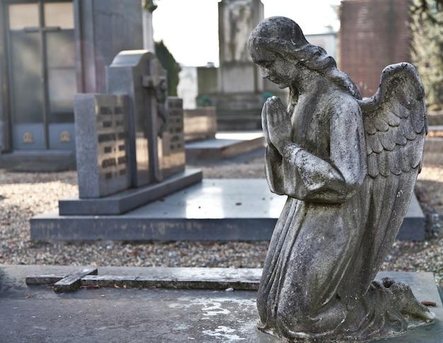 Cemitério monumental italiano: coleção de duas estátuas centenárias