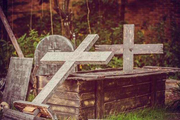 Cemitério noite, cemitério halloween com lápides, cruzes e lápides
