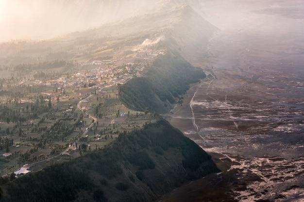 Cemoro lawang aldeia na montanha falésia com nevoeiro no nascer do sol