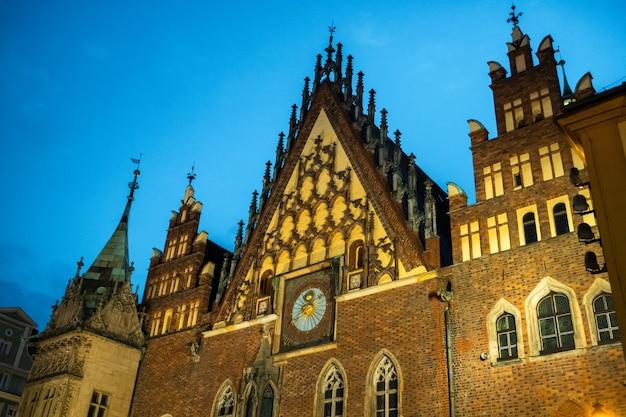 Cena colorida da manhã na praça do mercado de wroclaw com a câmara municipal. paisagem ensolarada na capital histórica da silésia, polônia, europa. foto pós-processada de estilo artístico