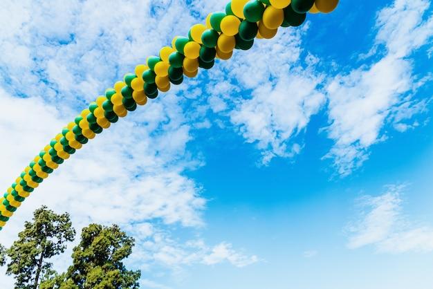 Cena, com, corrente, de, flutuante, balloon nuvem, em, ar, com, branca, nuvens