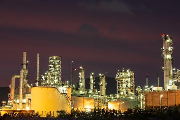 Cena crepuscular da refinaria de óleo do tanque e coluna da torre da indústria petroquímica na construção do local