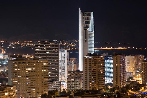 Cena da noite da arquitectura da cidade de benidorm, valência, espanha.
