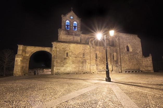 Cena da noite da igreja san vicente martir e san sebastian em frias, província de burgos, espanha.