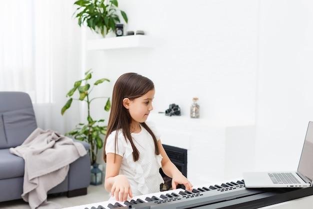 Cena de aulas de piano on-line, treinamento ou e-class learning enquanto o coronavirus se espalha ou covid-19 situação de crise, vlog ou professor fazem aulas de piano on-line para ensinar os alunos a aprenderem em casa.