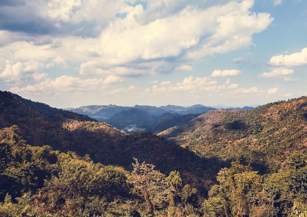 Cena de beauytiful de céu azul nublado com montanha