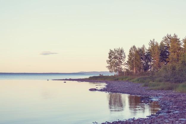 Cena de bela serenidade matinal. lago na finlândia.