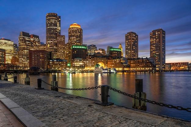 Cena, de, boston, skyline, de, ventilador, cais, em, a, fantástico, crepúsculo, tempo, com, liso, água, rio
