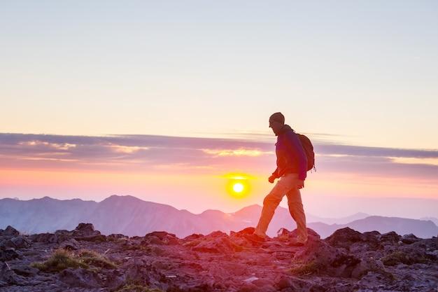 Cena de caminhada em belas montanhas de verão ao pôr do sol
