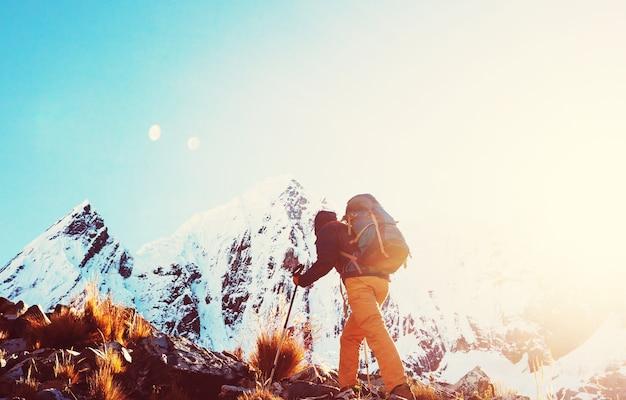 Cena de caminhada nas montanhas da cordilheira, peru
