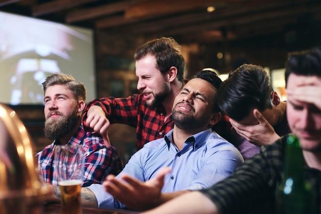 Cena de fãs irritados no bar