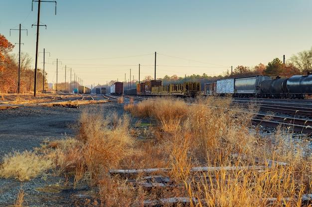Cena de ferrovia com trem de carga