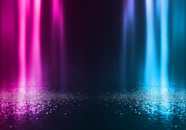 Cena de fundo vazio. rua escura reflexão sobre asfalto molhado. raios de luz de neon no escuro, formas de neon, fumaça. plano de fundo de um show de palco vazio. abstrato escuro.