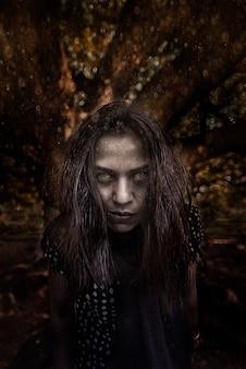 Cena de horror de um conceito de halloween de fantasma de cabelo comprido preto de mulher possuída