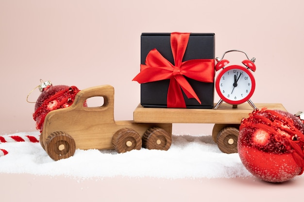 Cena de inverno com caminhão de natal de madeira e caixa de presente. foto de alta qualidade