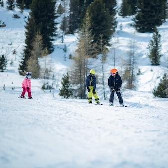 Cena de inverno: um grupo de crianças está aprendendo a esquiar