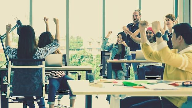 Cena, de, jovem, criativo, mulher, celebrando, sucesso projeto, com, grupo, de, asiático