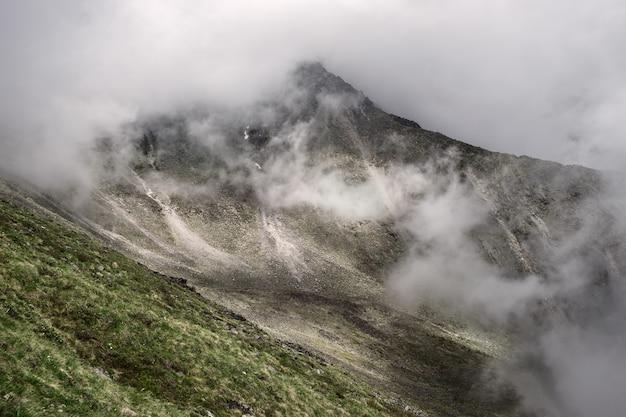 Cena de montanha enevoada nas montanhas dolomitas itália