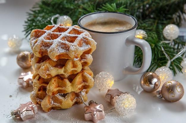 Cena de natal. waffles de café da manhã com café.