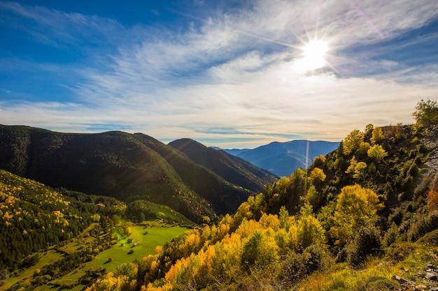 Cena de outono no parque nacional de ordesa e monte perdido, espanha
