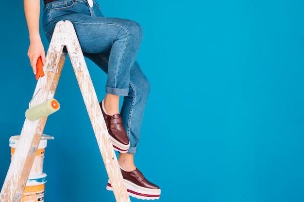Cena de pintura com pernas de mulher