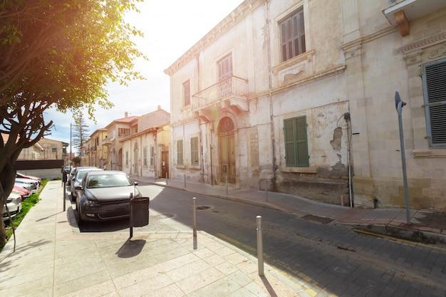 Cena de rua em uma cidade velha na europa