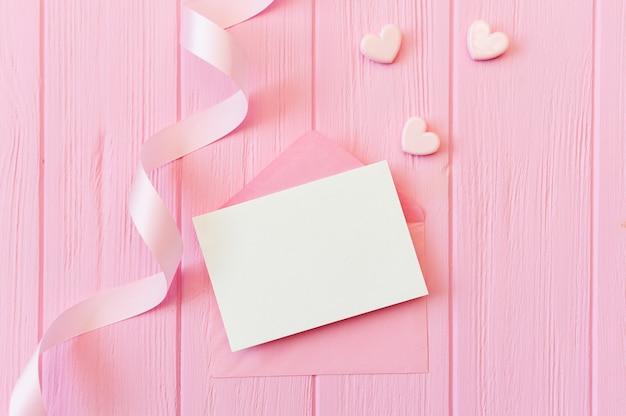 Cena de simulação de casamento ou aniversário. envelope aberto em branco com lugar para texto para cartão de copyspace. cartão de dia dos namorados