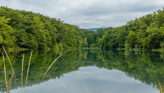 Cena de tirar o fôlego com bela natureza e seu reflexo na água no parque maksimir em zagreb