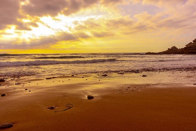 Cena de tirar o fôlego do pôr do sol na praia