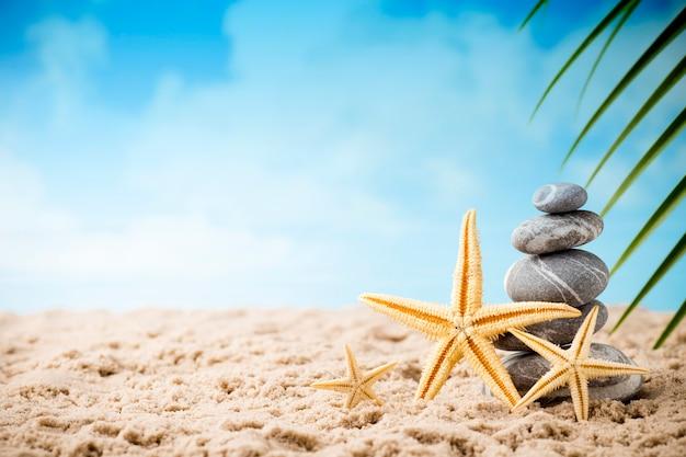 Cena de tratamento de spa de pedras na praia do mar, conceitos como zen.