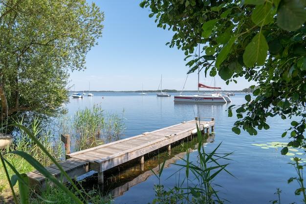Cena de verão no lago em gironde frança na aldeia de lacanau com barco