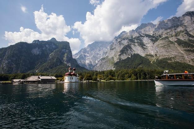 Cena de verão no lago konigsee, baviera, sul da alemanha. europa