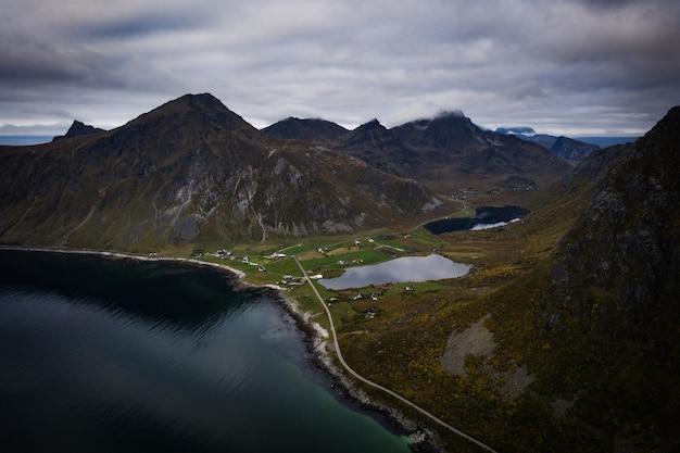 Cena de vista aérea da paisagem montanhosa das ilhas lofoten da noruega