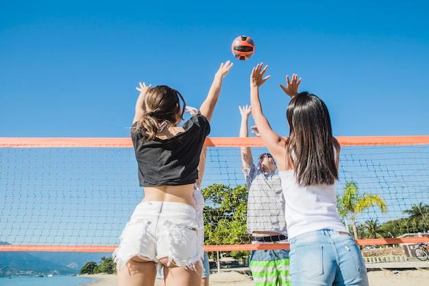 Cena de voleibol de praia na rede