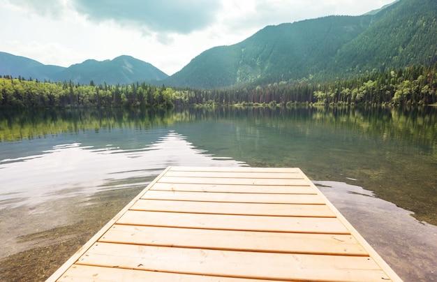 Cena do belo lago ao nascer do sol. colúmbia britânica, canadá.