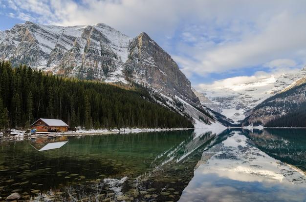 Cena do inverno de lake louise com reflexão da montanha rochosa no parque nacional de banff, canadá