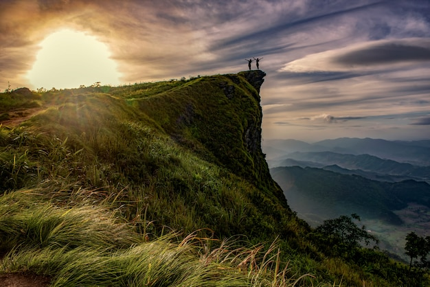 Cena do nascer do sol com o pico da montanha e cloudscape no phu chi fa em chiangrai, tailândia