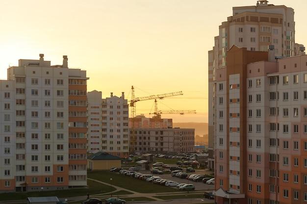 Cena do nascer do sol matinal no bairro de apartamentos em grodno, bielo-rússia