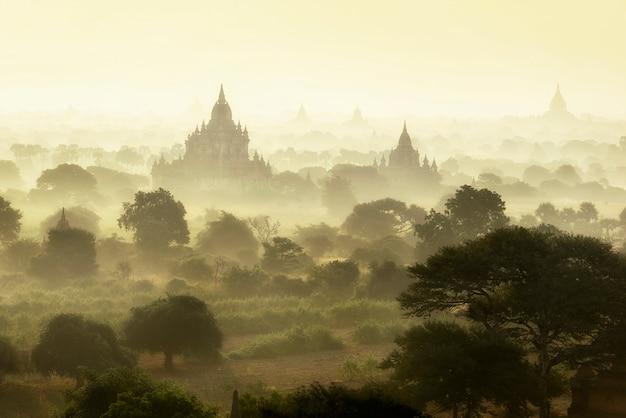 Cena do nascer do sol no campo da cidade antiga de pagode em bagan mianmar