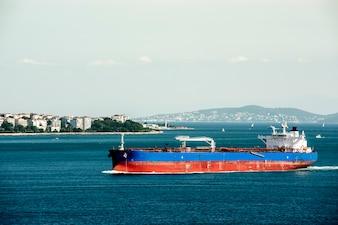 Cena do oceano de Istambul com navio de cruzeiro