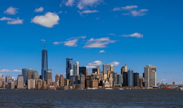 Cena do panorama do lado do rio da arquitectura da cidade de new york que a posição é manhattan mais baixo