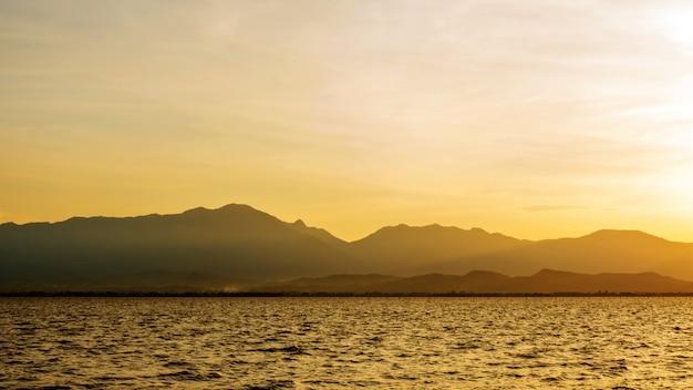 Cena do por do sol no lago phayao no norte de tailândia.