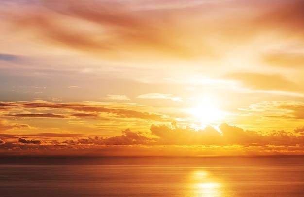 Cena do pôr do sol sobre o mar