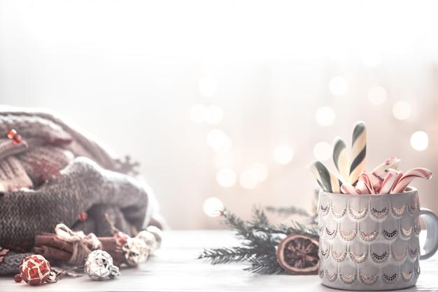 Cena festiva de natal com copo e decoração festiva
