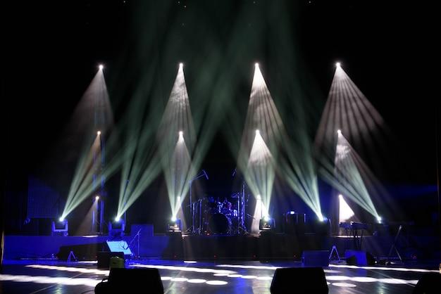 Cena, luz de palco com luzes coloridas e fumaça