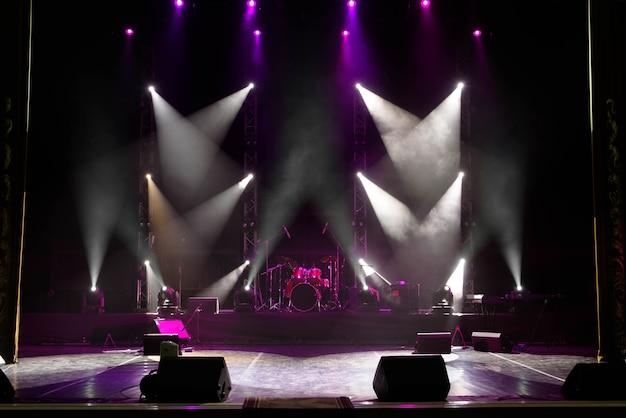 Cena, luz do palco com holofotes coloridos e fumaça.
