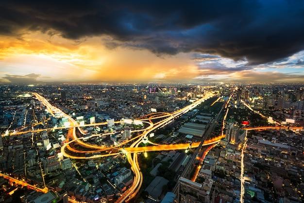 Cena noturna da paisagem urbana em nuvem de tempestade na metrópole de bangkok, tailândia