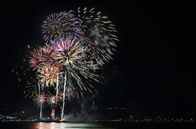 Cena noturna de fogos de artifício multicoloridos no festival internacional de fogos de artifício de pattaya em chonburi, tailândia
