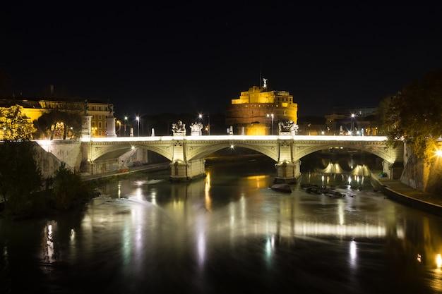 Cena noturna de roma, rio tevere e mausoléu de adriano. marco italiano