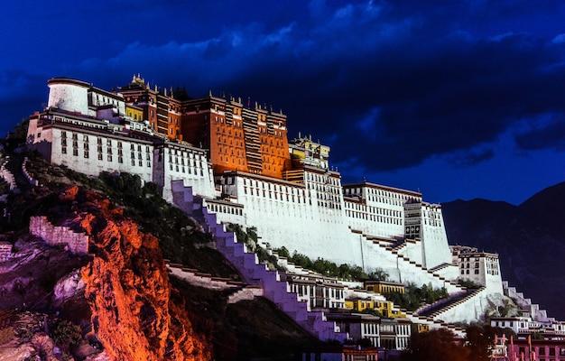 Cena noturna do palácio de potala em lhasa, tibete